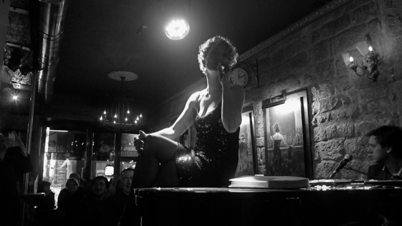 late friday nite a chantreuse sings in a bar in the Latin quarter